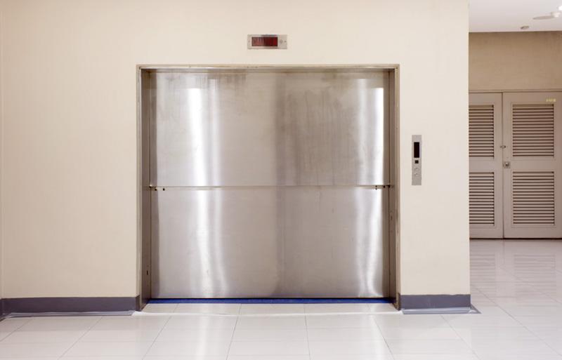 thang máy tải hàng cửa 2 cánh đẩy lên