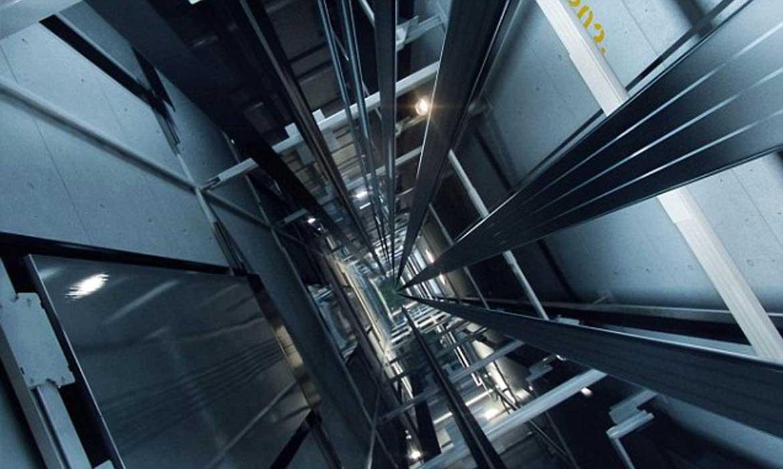 bên trong hố thang máy Việt Tiến