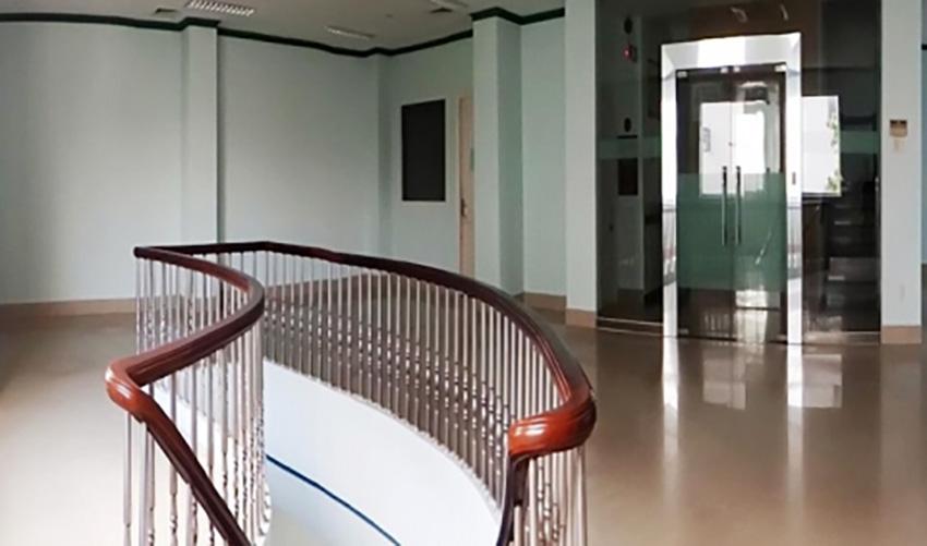 Thang máy đặt đối diện thang bộ