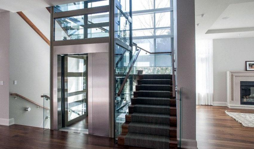 Thang máy vách kính giữa cầu thang bộ