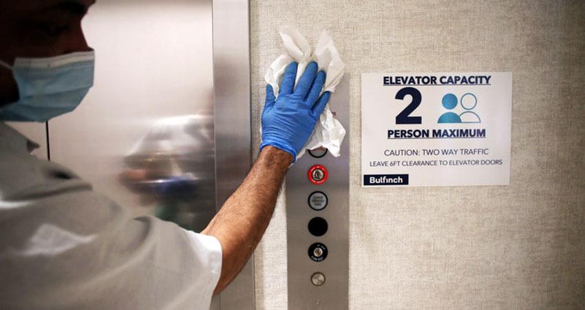 Đeo găng tay khi vệ sinh thang máy